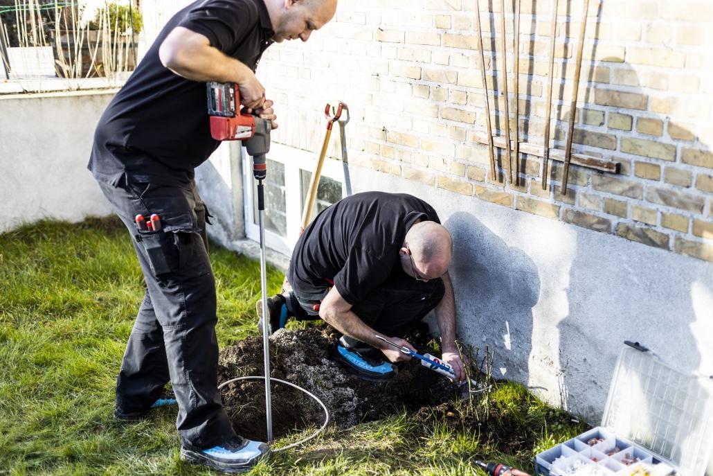 Alex og Troels laver udvendigt elektrikerarbejde