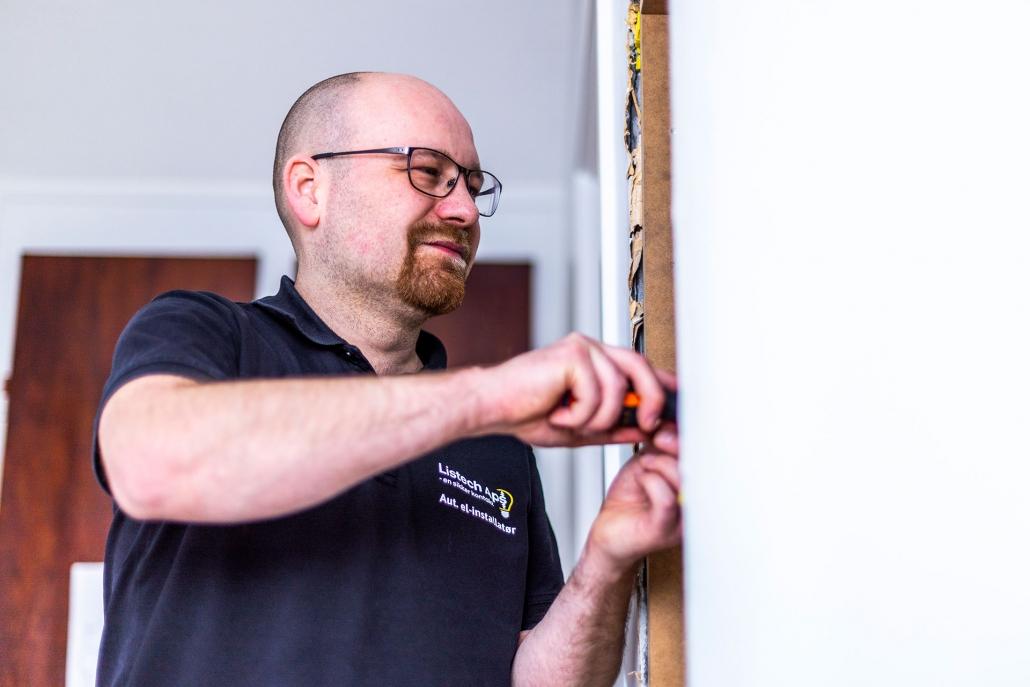 Alex laver elektrikerarbejde